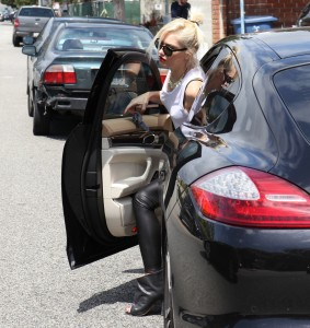 Gwen Stefani arriving at a Recording Studio in Santa Monica 12th April x23